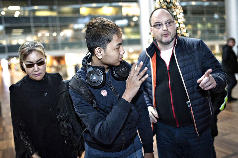 Alex vinker forsigtigt farvel, inden han flyver alene til Bangkok.