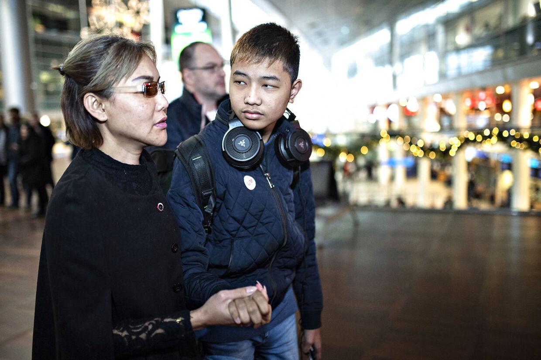 Aoy har ikke lyst til at slippe sin søns hånd.