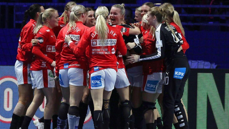 De danske spillere fejrer sejren.