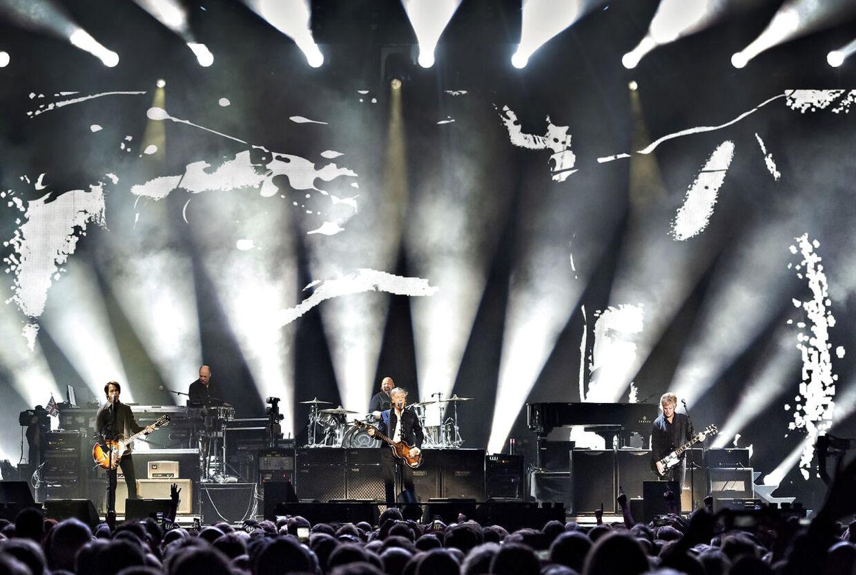 Rocklegenden Paul McCartney spillede fredag aften i Royal Arena. Han skabte samme eufori som han gjorde, da han spillede på Roskilde Festival, mener B.T.s anmelder. Koncerten var en del af touren 'The Freshen Up Tour 2018', og det er to år siden basspilleren sidst spillede koncert i Danmark.