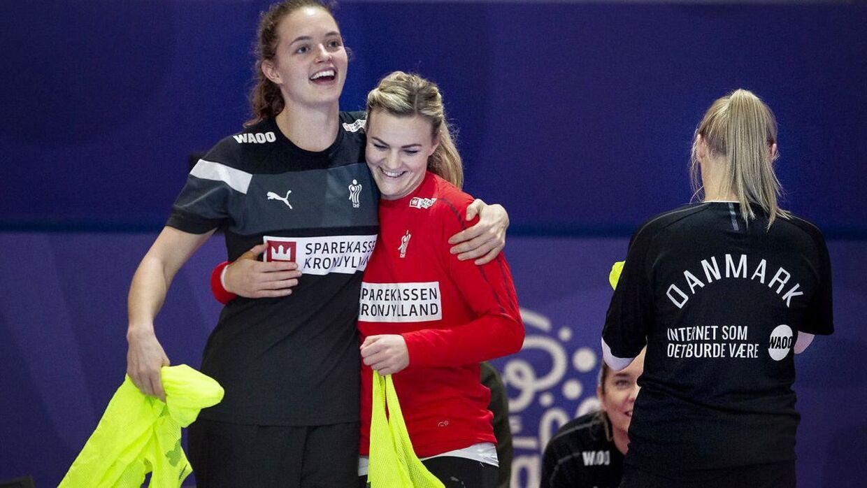 Der var god stemning i den danske lejr efter sejren over Sverige. Her Kristina Jørgensen (tv.) og Nadia Offendal under lørdagens træning.