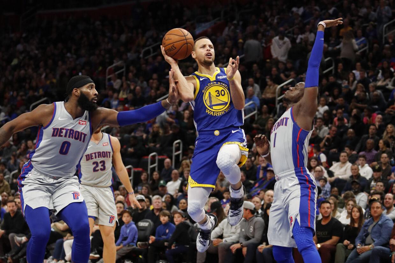 Tilbagevendte Stephen Curry (i midten) scorede 27 point i sit comeback, men kunne ikke føre sit hold til sejr over Detroit Pistons. Raj Mehta/Ritzau Scanpix