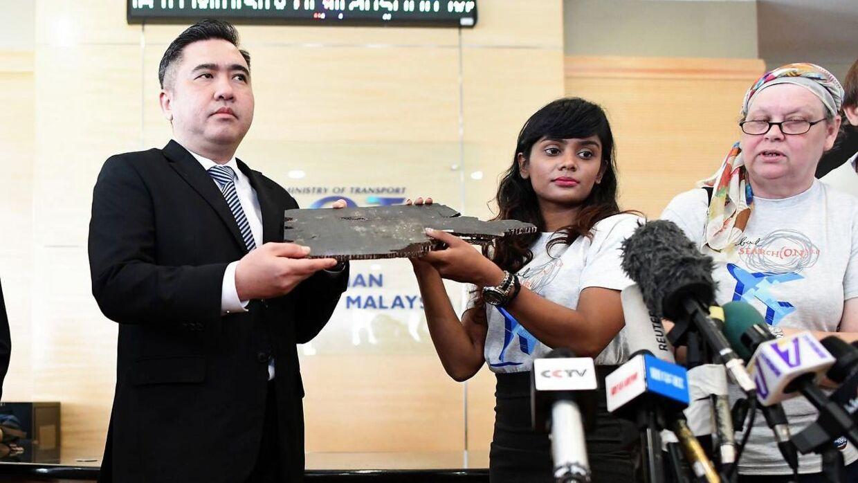Grace Subathirai Nathan er datter af en passager på MH370, Anne Daisy. På pressemødet fredag overgav hun mulige vragstykker fra flyet til den malayiske transportminister.