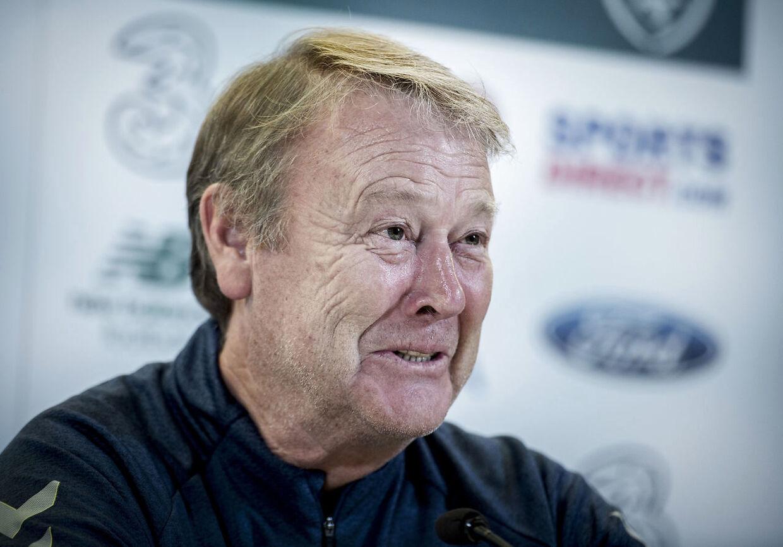 Det må være svært ikke at smile som dansk landstræner over den lodtrækning, mener flere fodboldeksperter.