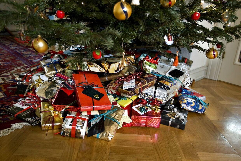 Arkivfoto. Sådan ser der ud i mange danske stuer juleaften. Min ikke hos Alternativets politiske leder Uffe Elbæk, som har droppet både juletræet og gaverne - i hvert fald til de voksne.