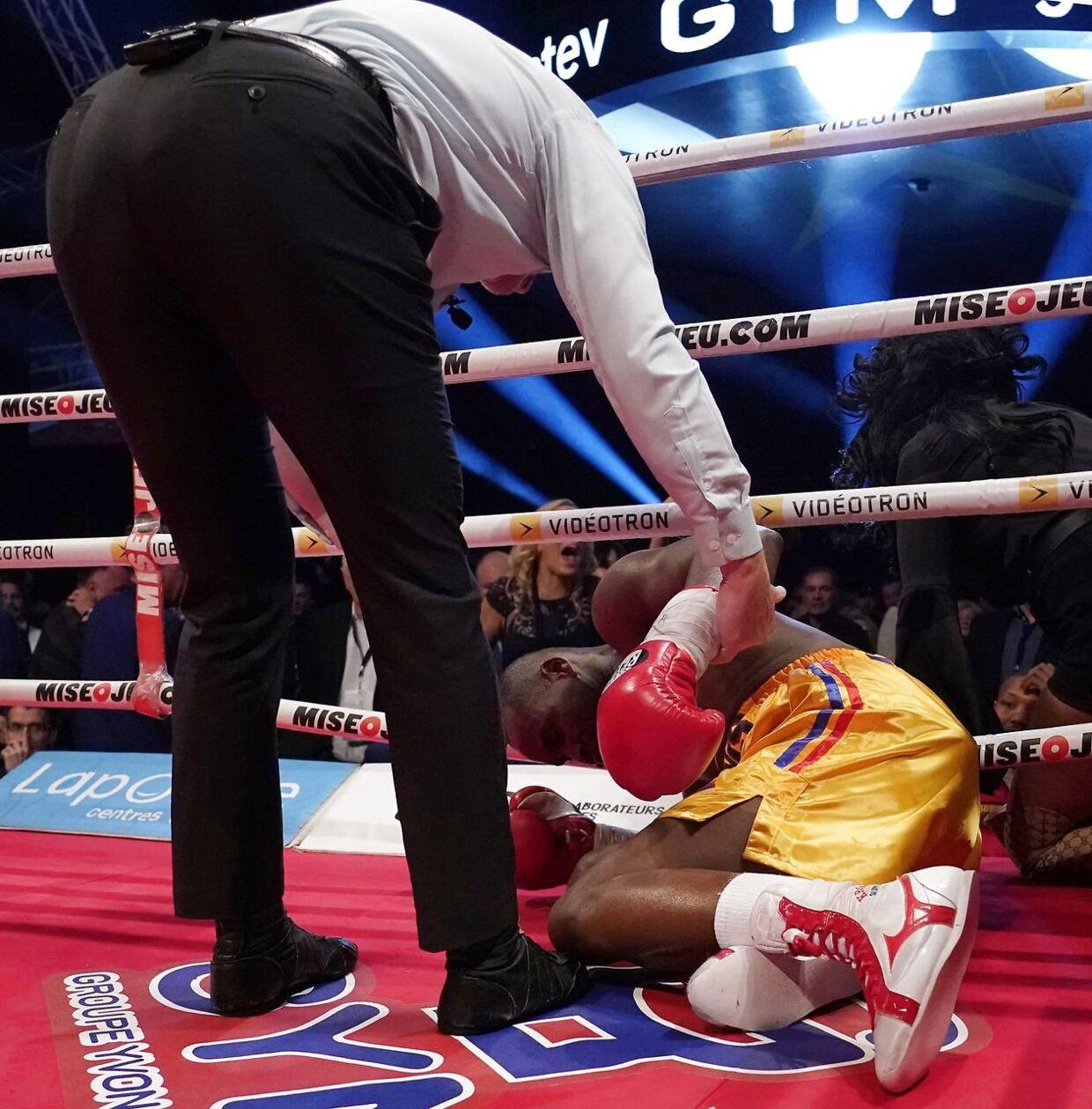 Adonis Stevenson ligger næsten bevidstløs i gulvet. (Mathieu Belanger/Getty Images/AFP)