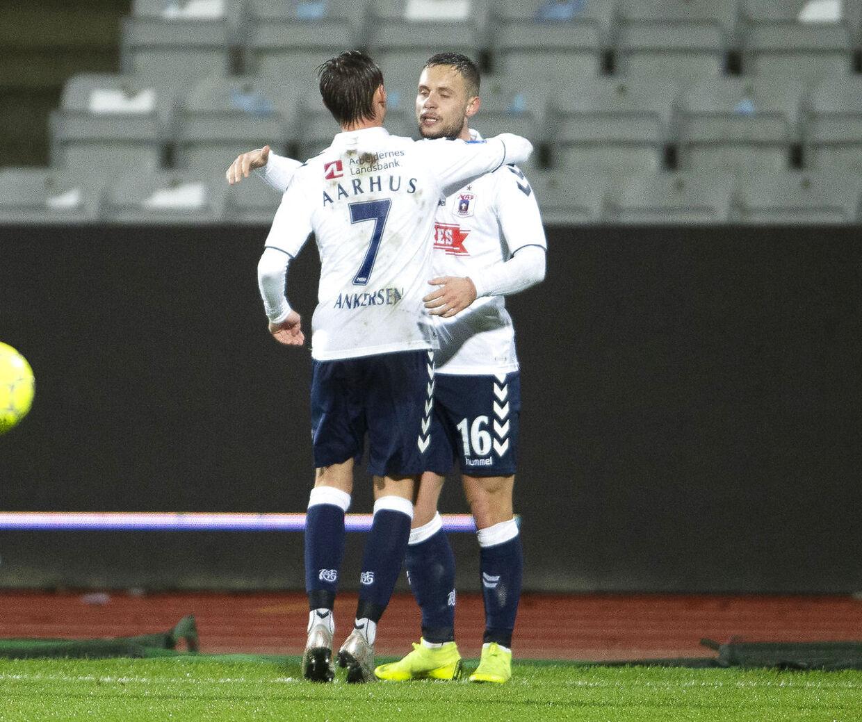 AGF's Casper Højer Nielsen (th) har udlignet til 1-1 i Superliga-kampen mellem AGF og Vejle Boldklub på Ceres Park i Aarhus. Her lykønskes han af holdkammeraten Jakob Ankersen.