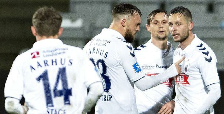 Casper Højer Nielsen, yderst til højre, scorede to gange for AGF i mandag aftens Superliga-kamp mod Vejle. HEr lykønskes han af holdkammeraterne.