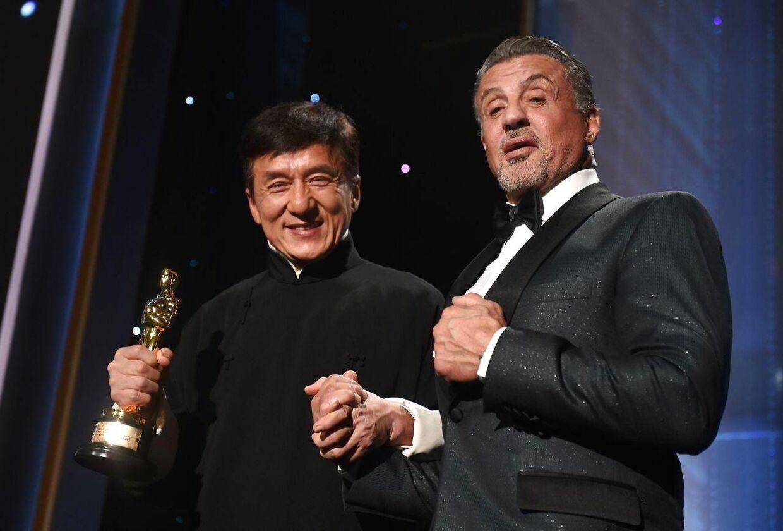 Jackie Chan modtog i 2016 en æres-Oscar for sine mange skuespil- og stuntpræstationer. Her ses han på scenen med Sylvester Stallone.