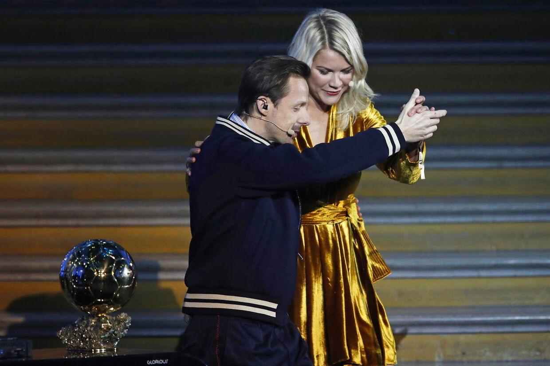 Martin Solveig (tv.) har siden undskyldt overfor Ada Hegerberg, som han her danser med.