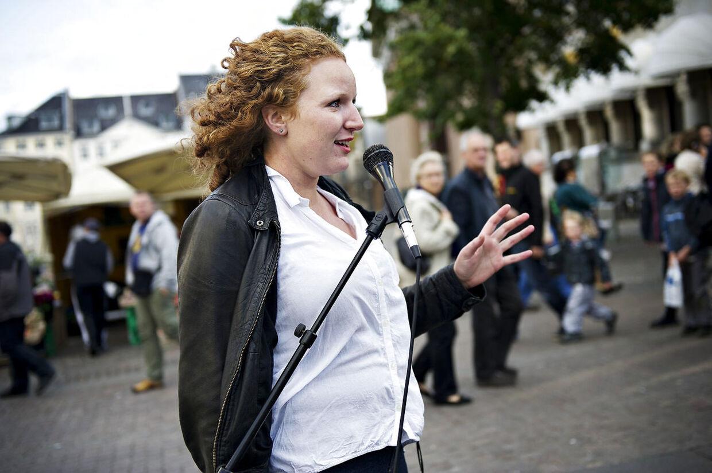 Rosa Lund taler under et event, Enhedslisten afholdt umiddelbart før valget i 2011. Her blev hun som 24-årig valgt ind i Folketinget. (Foto: Marie Hald/Scanpix 2011)