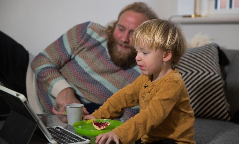 Stifteren af 'The Back to Life Project', Mikkel Salling Holmgaard, ses her sammen med storebror Axel i familiens hjem i Aalborg. Foto: Rasmus Skaftved.