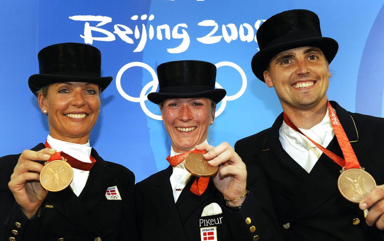 Andreas Helgstrand viser her stolt sin OL-bronzemedalje frem. Den vandt han sammen med Anne vaan Olst og Nathalie zu Sayn-Wittgenstein ved de Olympiske Lege tilbage i 2008 i Beijing.