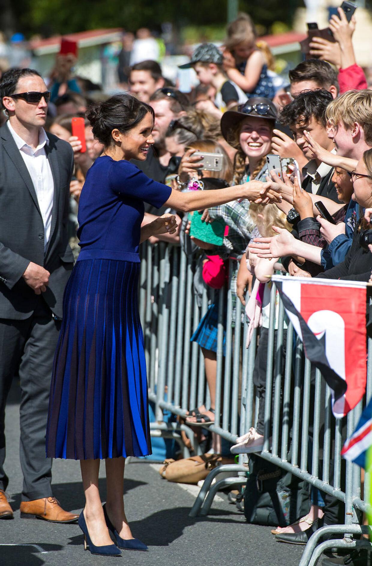 Meghan Markle er ved at finde sig til rette i sin nye rolle som hertuginde. Her hilser hun på folket under besøget i New Zealand. Foto Dominic Lipinski.