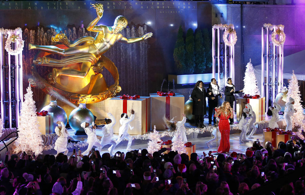 Singer Mariah Carey performs at the lighting ceremony for the 82nd Rockefeller Center Christmas tree at Rockefeller Center in midtown Manhattan in New York City, December 3, 2014. REUTERS/Mike Segar (UNITED STATES - Tags: ENTERTAINMENT SOCIETY)