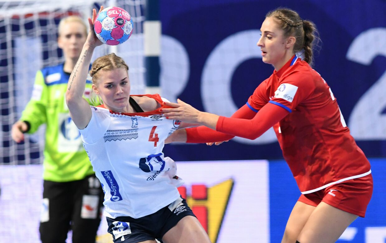 Veronica Kristiansen er ikke glad for tv-billeder af holdets timeout. (Photo by Fred TANNEAU / AFP)