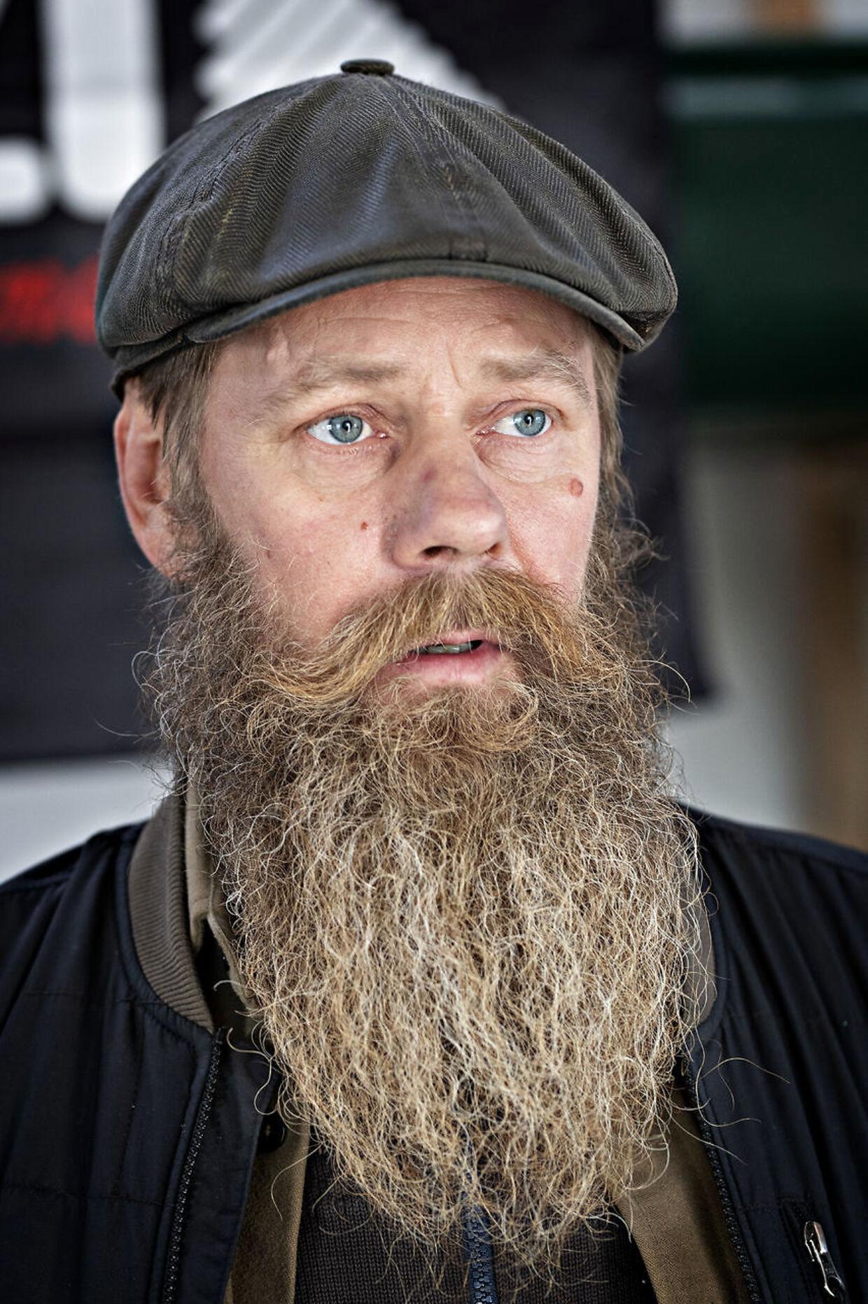 Gert Rosenfeldt flyttede til Stege fra København for tre år siden, og han er utilfreds med, at regeringen og Dansk Folkeparti vil placere 100 afviste kriminelle asylansøgere på øen tre km ude i bugten.