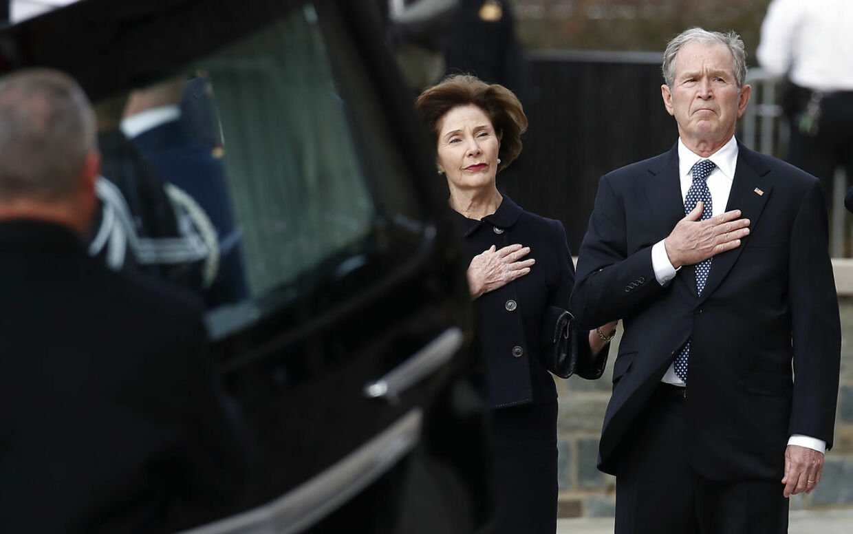 George W. Bush oghans kone Laura Bush ankommer til bisættelsen i Washington.