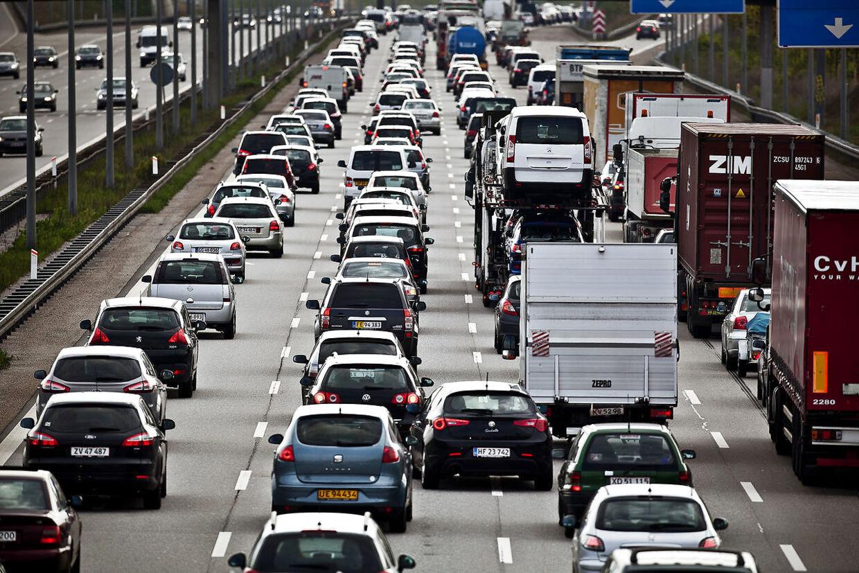 (ARKIV)Trængsel på motorvej den 15. maj 2012. Trafikken på motorvejene vokser markant. På bare 10 år er der kommet næsten en tredjedel flere personbiler og lastbiler på de største hjemlige motorveje. På de mest belastede strækninger er trafikken vokset 40-45 procent, viser nye tal. Det skriver Ritzau, tirsdag den 3. juli 2018.. (Foto: Dennis Lehmann/Ritzau Scanpix)