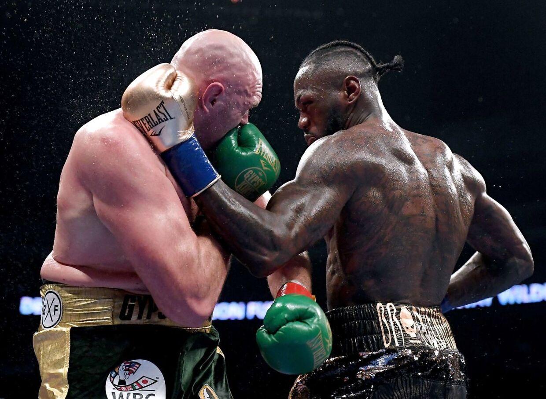 Tyson Fury og Deontay Wilder under boksebraget i Los Angeles natten til søndag.