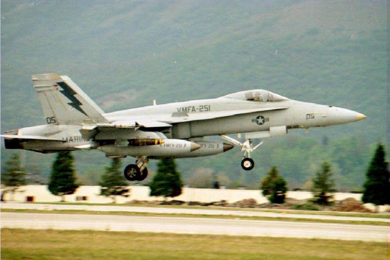 To amerikanske militærfly styrterede tidligt torsdag morgen lokal tid under en øvelse ud for Japans kyst. Et af flyene var et F-18-kampfly som ses på billedet. Seks personer meldes savnet. En er reddet i live. (Arkivfoto). EPA/Ritzau Scanpix