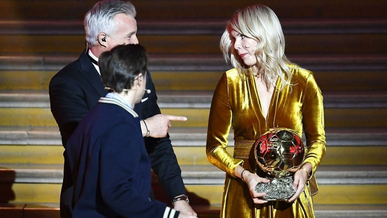 Da Lyon-spilleren Ada Hegerberg fik overrakt Ballon d'Or blev hun af Martin Solveig (midten) spurgt, om hun kunne twerke.
