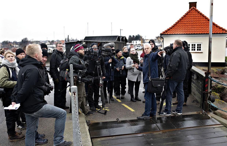 Pressetur til Lindholm. Direktør Christian Møller veterinærstyrelsen informerer pressen.