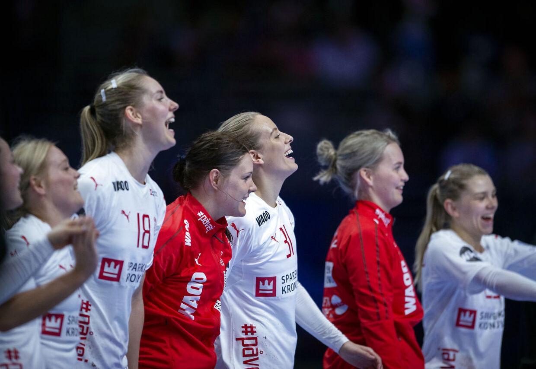 Anne Cecilie la Cour, Stine Bodholt, Mette Tranborg, Sandra Toft og Trine Østergaard efter kampen mellem Danmark-Polen i Nantes, søndag den 2 december 2018.