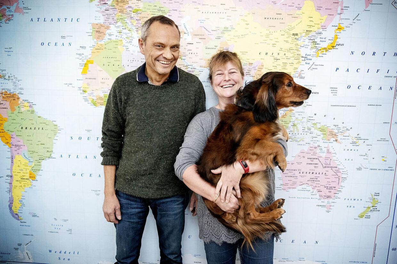 Bent Jensen og Tine Jensen har været gift i 30 år. Her ses de sammen med hunden Felix foran landkortet i hjemmet i Helsingør.