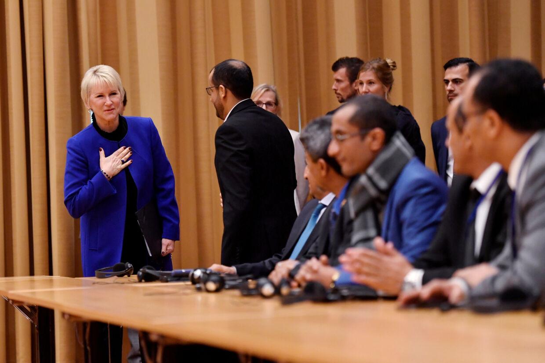 Sveriges udenrigsminister, Margot Wallström, hilser på de delegerede fra Yemen, der er mødt op til fredsmødet i Rimbo nord for Stockholm. Tt News Agency/Reuters