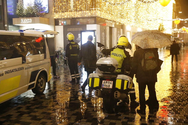 Politi i Købmagergade efter en anmeldelse om bevæbnet mand i indre København. Store politistyrker er til stede i indre København torsdag den 6. december 2018 Illum i Købmagergade og flere togstationer er lukket. (Foto: Jens Astrup/Ritzau Scanpix)