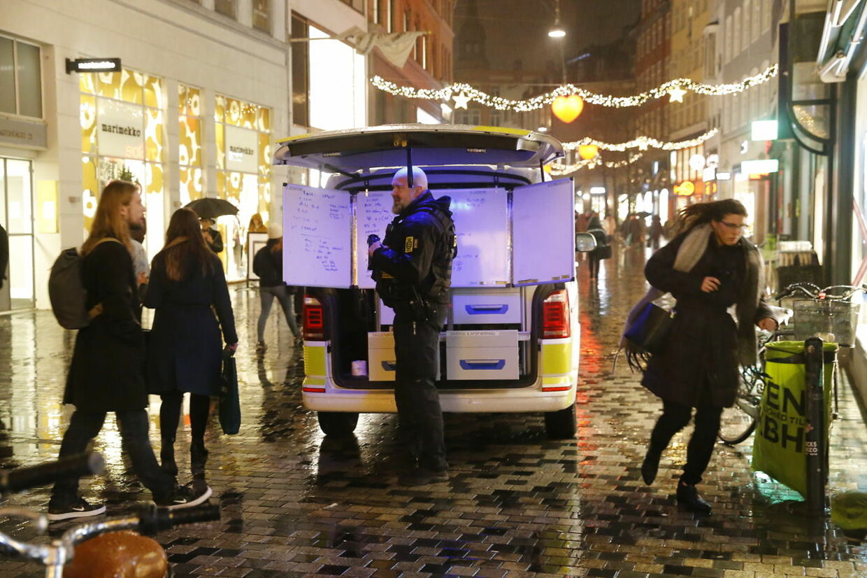 Politi i Købmagergade efter en anmeldelse om bevæbnet mand i indre København. Store politistyrker er til stede i indre København torsdag den 6. december 2018 Illum i Købmagergade og flere togstationer er lukket. (Foto: Jens Astrup/Ritzau Scanpix) ccc