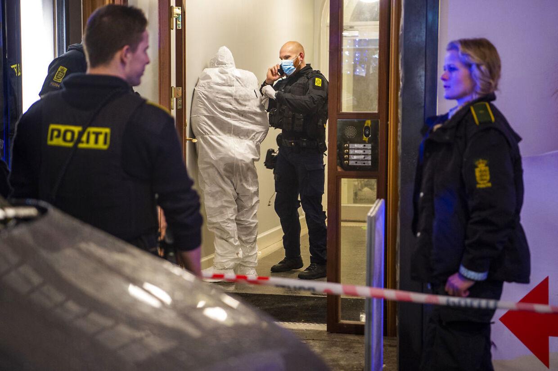 Efter at være blevet anholdt af politiet på Købmagergade blev manden iført en hvid heldragt.
