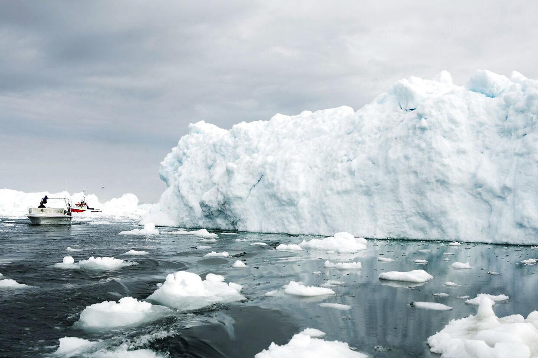 Ilulissat 10/06/09. Isbjerg og fiskejolle i isfjorden ved Ilulissat
