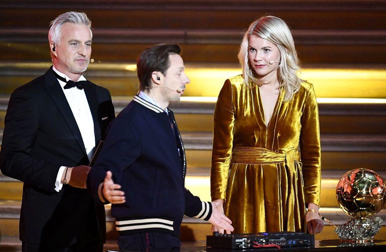 Vært David Ginola og medvært Martin Solveig på scenen med Hegerberg.