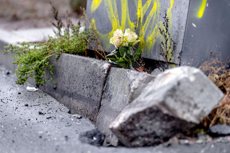 En enkelt buket roser lå fredag ved det sted, hvor den 10-årige dreng mistede livet i en trafikulykke torsdag eftermiddag.