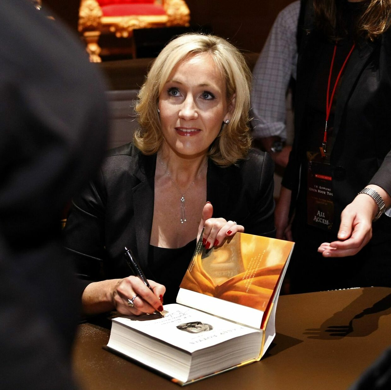 J. K. er mest kendt for at skrive Harry Potter-bøgerne. Her signerer hun én af dem.