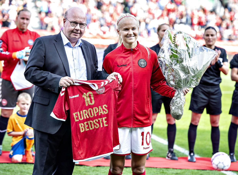 Pernille Harder blev tidligere i år kåret som Europas bedste spiller.