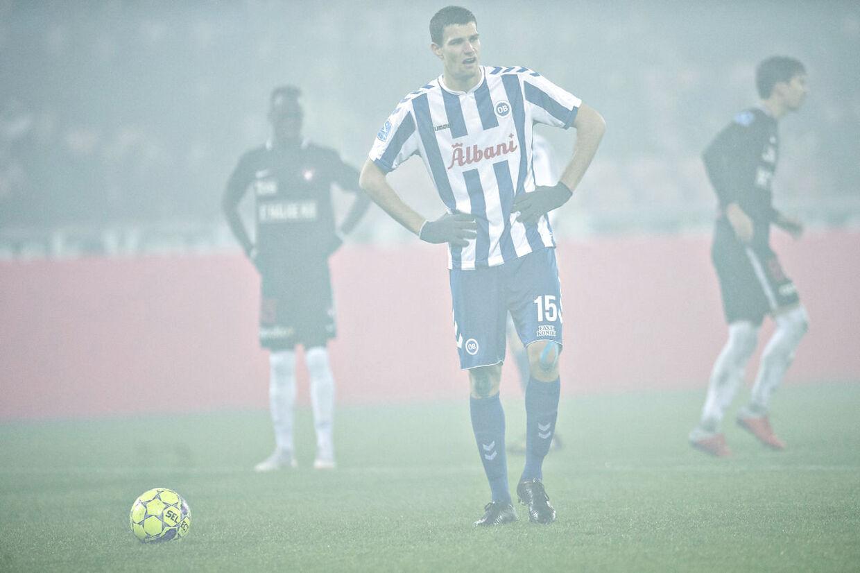 OB-angriberen Nicklas Helenius måtte på grund af tåge efter en røgbombe-detonation på tilskuerpladserne i Superliga-kampen mod FC Midtjylland vente tre-fire minutter før et straffespark kunne afvikles.