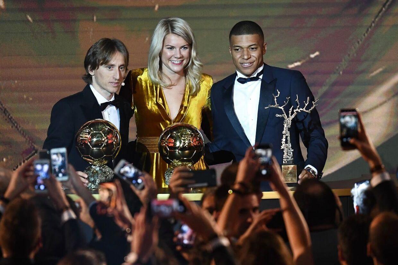Luka Modric, Ada Hegerberg og Kylian Mbappé - årets bedste fodboldspiller, årets bedste kvindelige fodboldspiller og årets unge fodboldspiller.