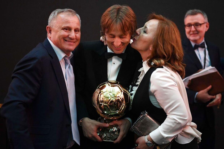 Luka Modric lykønskes af sine forældre.