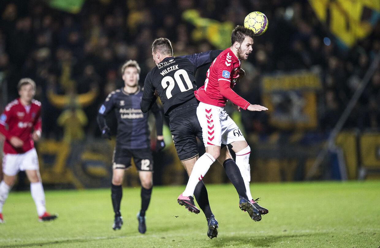 Kerim Memija (th.) kom til skade i en duel med Kamil Wilczek i søndagens Superligakamp mellem Vejle og Brøndby.