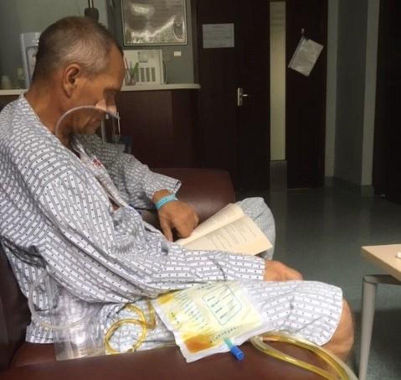 Bent Jensen på hospitalet i Kina, hvor han modtager store mængder medicin for at styrke immunforsvaret. Foto: privat.