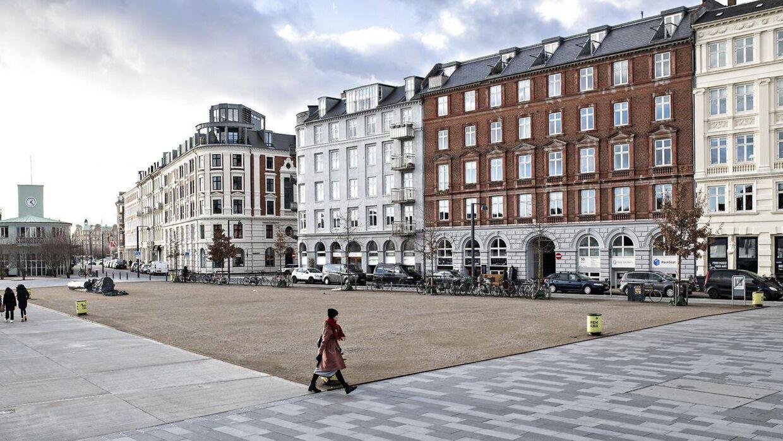 Området, som Copenhagen Bicycles ansøger om at leje på pladsen, er den lille firkant til højre i billedet. Tæt på dér, hvor bilerne står parkeret, og dermed længst væk fra vandet.