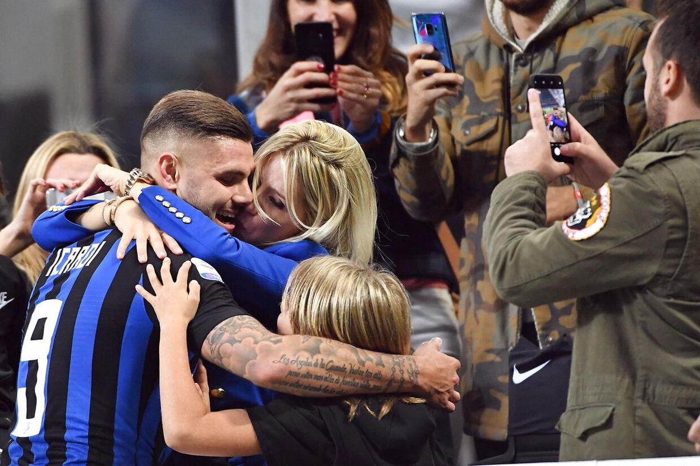 Mauro Icardi kissemisser med fruen Wanda Nara i en kamp mod AC Milan.