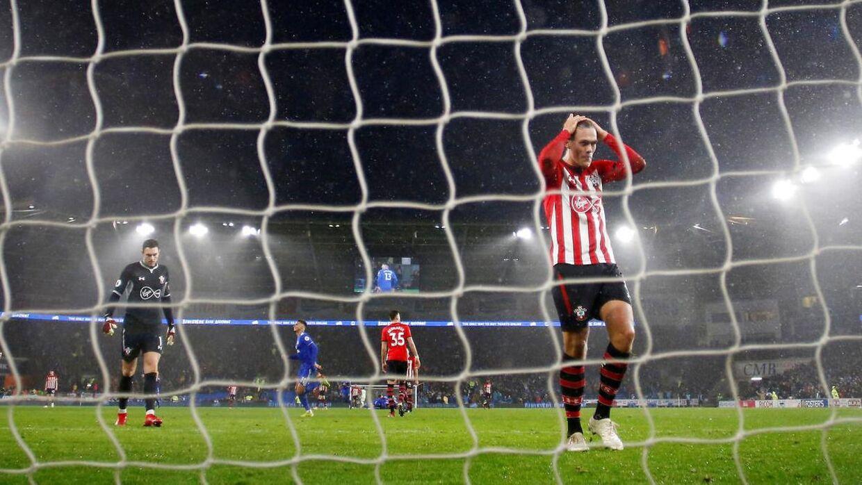 Jannik Vestergaard tager sig selv til hovedet, efter han har lavet en stor og kampafgørende fejl mod Cardiff.