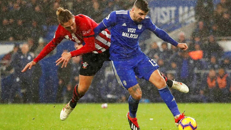 Jannik Vestergaard forsøger her at redde situationen efter den mislykkede tilbageaflevering. Få sekunder efter scorer Cardiffs Callum Paterson til 1-0.