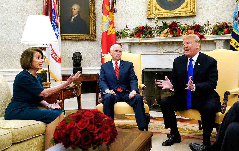 Vice præsident Mike Pence sad som forstemet, mens Donald Trump skændtes med de to demokratiske ledere, Nancy Pelosi og Chuck Schumer. Efter mødet kaldte Nancy Pelosi muren imellem USA og Mexico et symbol på Trumps potens (manhood).