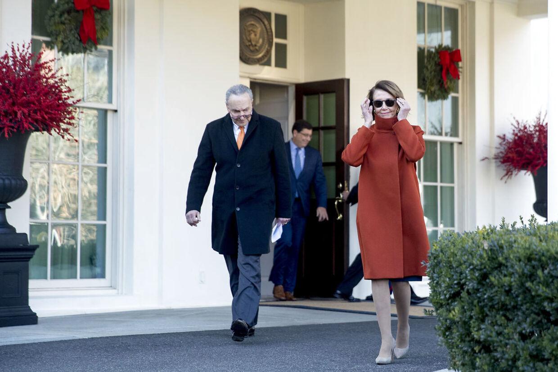 Efter mødet med Præsidenten sammenlignede den demokratiske kongresleder Nancy Pelosi (med solbriller) Mexico-muren med Donald Trumps potens.