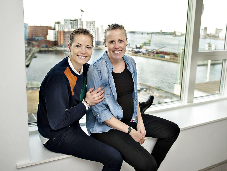 Gravide Kamilla Rytter Juhl, til højre, sammen med Christinna Pedersen. Kæresteparret vandt i marts All England-titlen i damedouble, og bliver mødre i begyndelsen af det ny år.